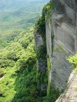 石を切り出された山肌.jpg